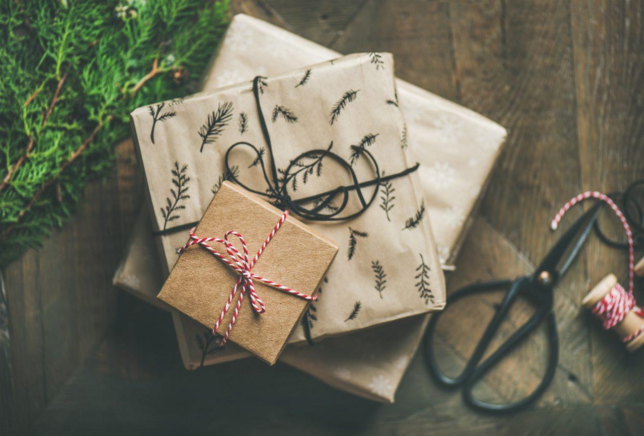 gifts-2998593_1920-1280x866.jpg